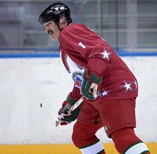 Александр Лукашенко во время товарищеского хоккейного матча