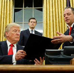 Президент США Дональд Трамп подписывает своей первый указ