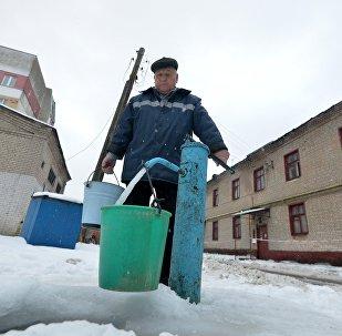 Жильцы дома № 24 по ул. Запорожской за водой ходят в ближайшую колонку