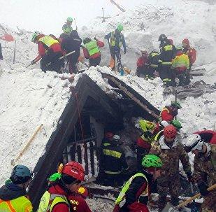 Разбор завалов после схода лавины в Италии
