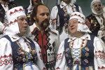 Владимир Мулявин с артистами самодеятельного ансамбля народной песни из Березино