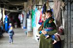 Женщина с детьми в лагере для мигрантов, архивное фото