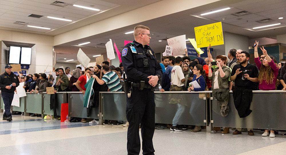 ВСША таксисты отказались обслуживать аэропорт после указа Трампа обеженцах