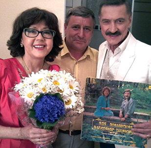 Аляксандр Ціхановіч і Ядзвіга Паплаўская з прыхільнікам іх творчасці