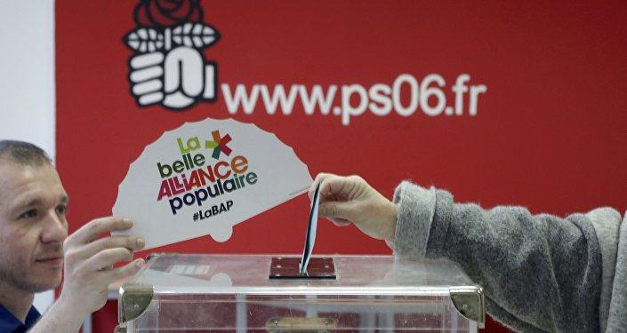 Французы требуют отсупруги Фийона вернуть 500 000 евро