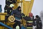 Протестовавшую минчанку спасатели снимают с подъемного крана
