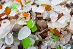 Стеклянные камешки на пляже