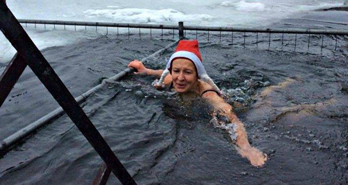 Ірына Дзяргач плавае на Камсамольскім возеры 1 студзеня 2017 года