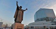 Помнік Францыску Скарыну ля Нацыянальнай бібліятэкі Беларусі