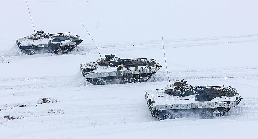 Белорусские военные использовали газеты вкачестве зимнего камуфляжа для техники