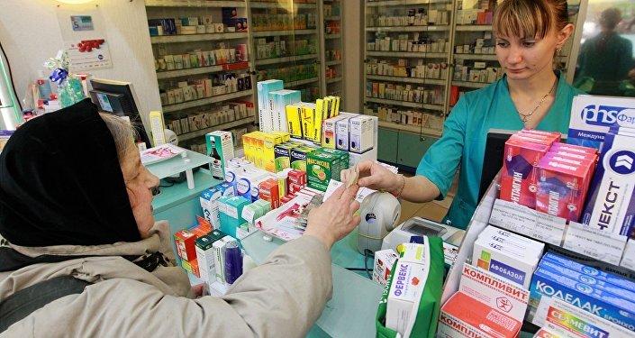Пенсионерка покупает лекарства, архивное фото