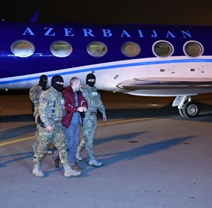 Блогер Лапшин в сопровождении правоохранителей в аэропорту Баку
