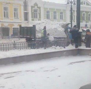 У Омску камунальнікі раскідалі снег з машыны назад на вуліцу