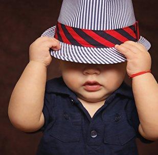 Ребенок в шляпе