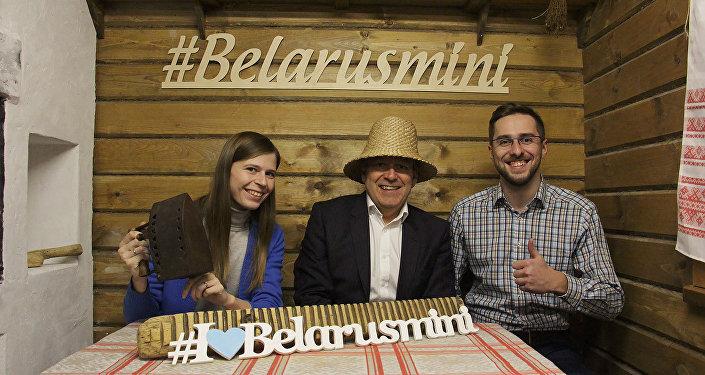 Найджэл Роберс (у цэнтры) з супрацоўнікамі музея Беларусь міні