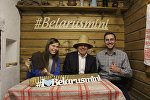 Найджел Роберс (в центре) с сотрудниками музея Беларусь мини
