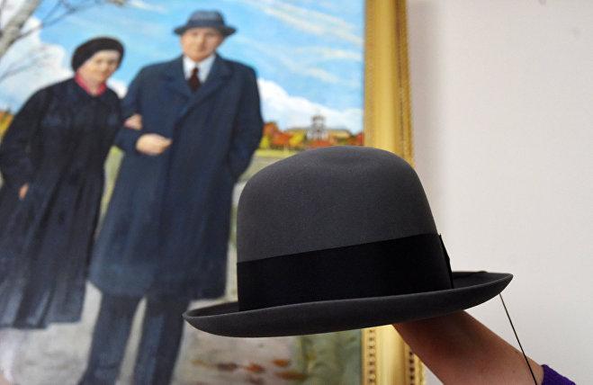 Дипломат очень любил шляпы, за глаза его называли мрачный гром, но это были издержки строгого имиджа