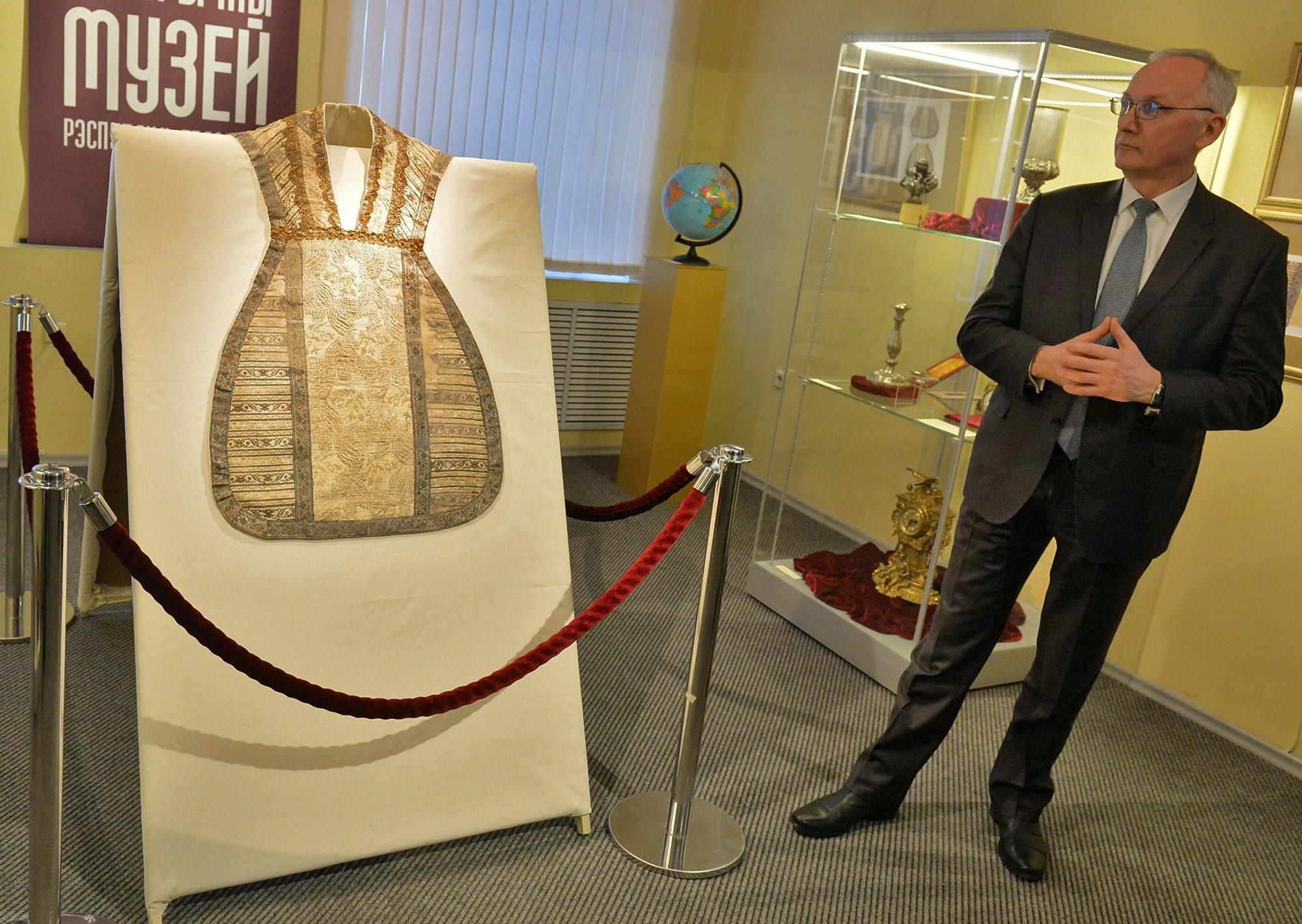 Министр культуры Борис Светлов не скрывал восхищения от работы реставратора Ольги Коноплевой