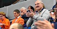 Президент Александр Лукашенко наблюдает а игрой женской сборной Беларуси по теннису