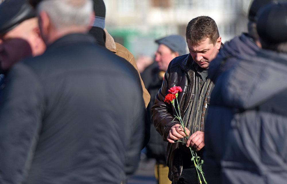 В знак глубокого уважения к павшим героям к монументу возложили венки и живые цветы.