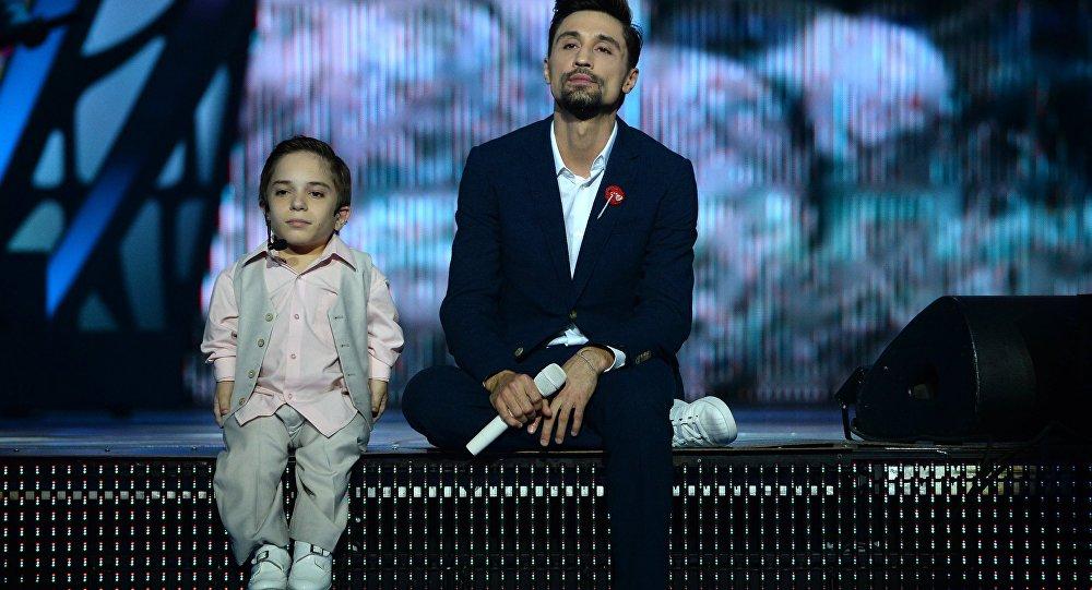 Дима Билан (справа) и финалист телепрограммы Голос.Дети Даниил Плужников