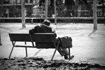 Бомж на скамейке