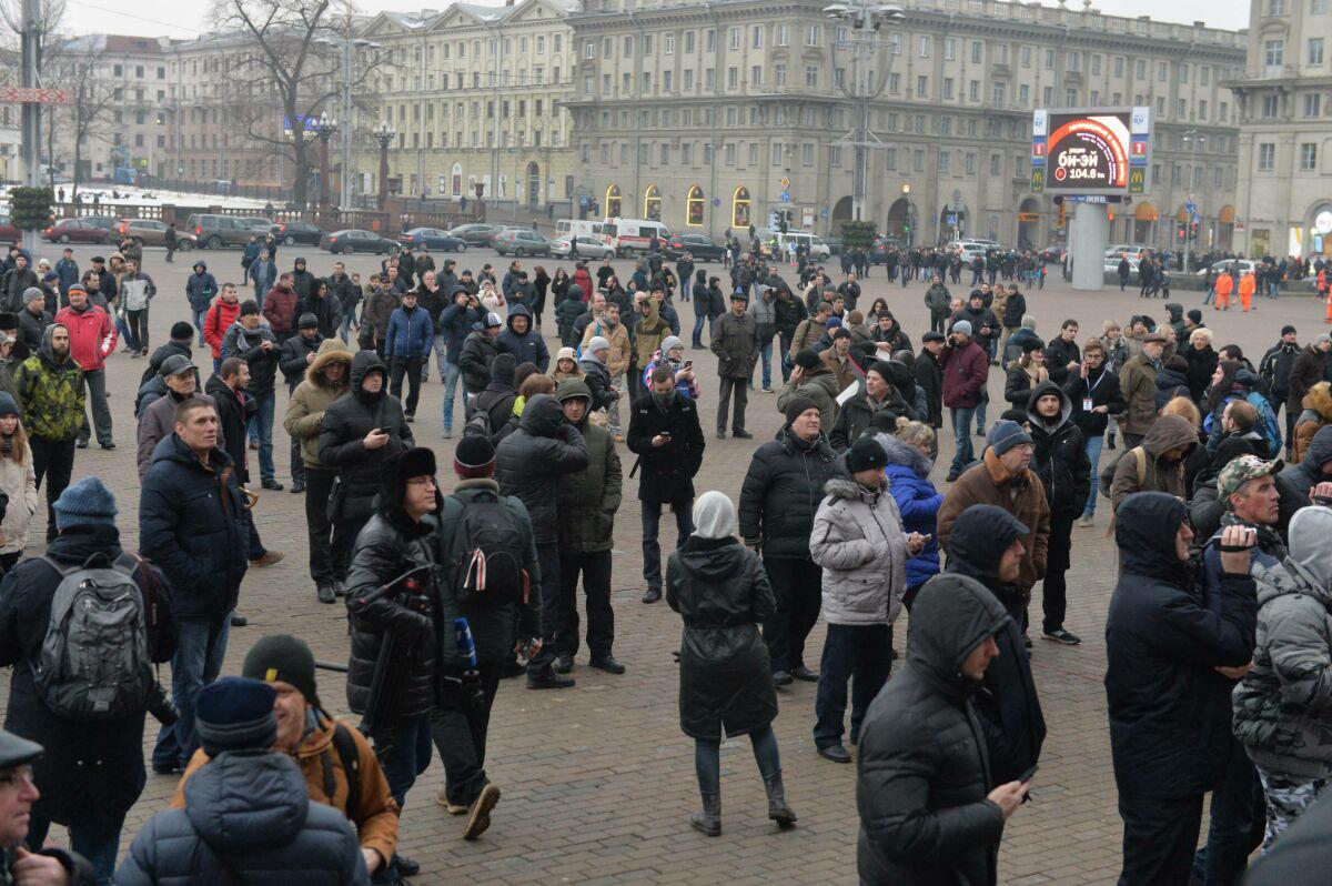 Собравшиеся люди на Марше рассерженных белорусов