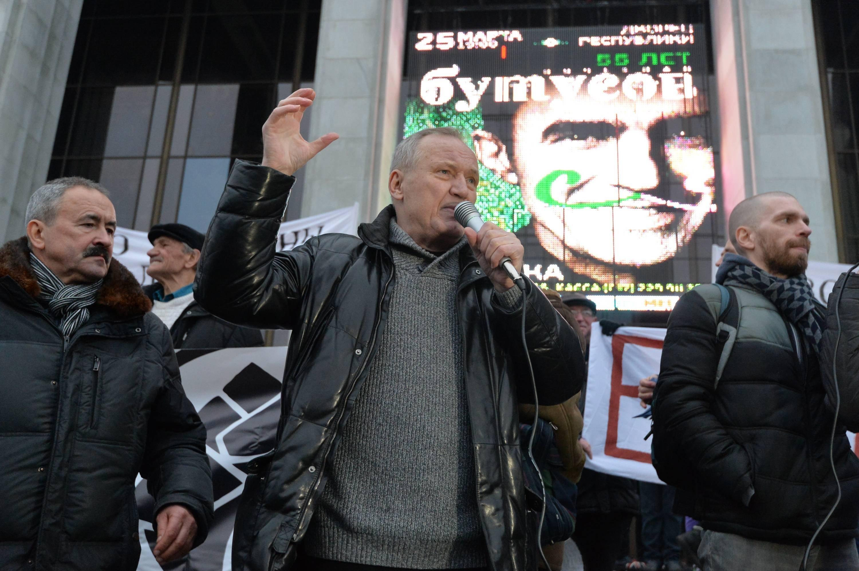 Выступление на Октябрьской площади Владимира Некляева