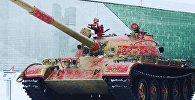 Танк Т-62М размаляваны пад хахламу