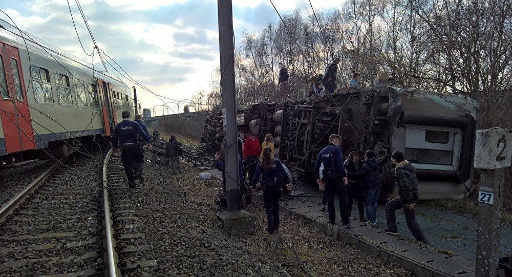 ВБельгии опрокинулся набок поезд спассажирами