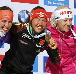 Данкли, Дальмайер и Мякяряйнен позируют со своими медалями после победы в масс-старте