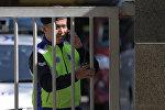 Полицейский у здание госпиталя, где находится тело Ким Чен Нама