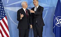 Вице-президент США Майк Пенс (слева) и генсек НАТО Йенс Столтенберг