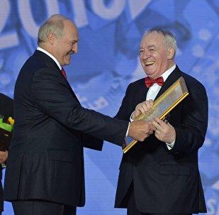 Аляксандр Лукашэнка ўручае Міхаілу Фінбергу дыплом Праз мастацтва да міру і ўзаемаразумення на Славянскім базары ў Віцебску