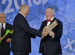 Александр Лукашенко вручает Михаилу Финбергу диплом Через искусство к миру и взаимопониманию на Славянском базаре в Витебске