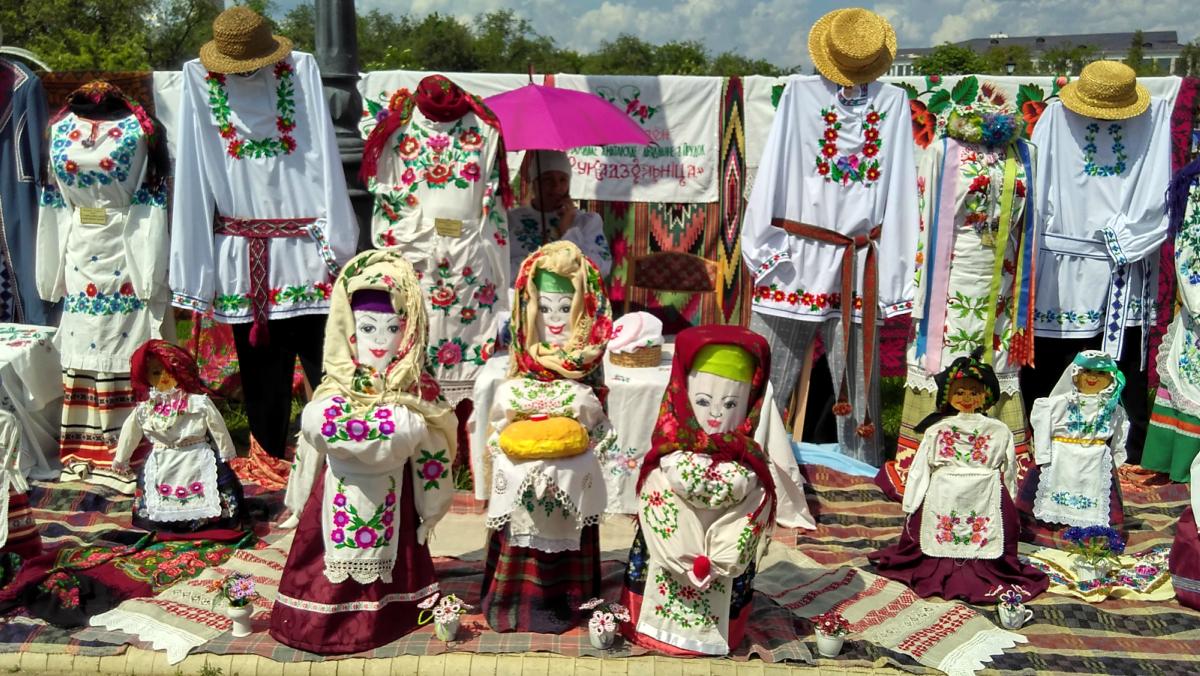 Узоры народных касцюмаў на кірмашы Вясновы букет