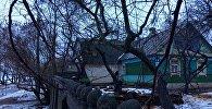Дом в Веснинке выглядит невзрачно, но зато стоит прямо на берегу водохранилища Дрозды
