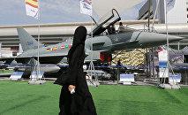 Женщина проходит мимо истребителя Eurofighter на выставке IDEX в Абу-Даби