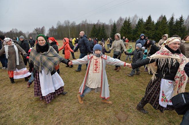 Гости с удовольствием водят хороводы на празднике Масленицы