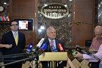Представитель ОБСЕ в контактной группе Мартин Сайдик и пресс-секретарь МИД Беларуси Дмитрий Мирончик перед журналистами