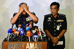 Начальник полиции Малайзии Халид Абу Бакар демонстрирует журналистам, как был убит Ким Чен Нам