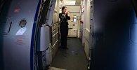 Бортпроводник на борту самолета А-321 авиакомпании Аэрофлот, архивное фото