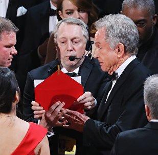 Уоррен Битти презентует лучший фильм на церемонии Оскар