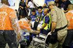 Медики эвакуируют пострадавшего на карнавале в Рио