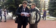 Адвокат и отец Казакевича перед зданием суда