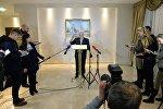 Спецпредставитель Организации по безопасности и сотрудничеству в Европе (ОБСЕ) по Украине Мартин Сайдик (в центре)
