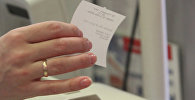 Покупательница держит чек