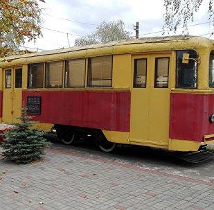 В трамвайном парке на улице Козлова на постаменте стоит ленинградский вагон ЛМ-49
