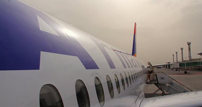 Самолет в аэропорту Зварноц
