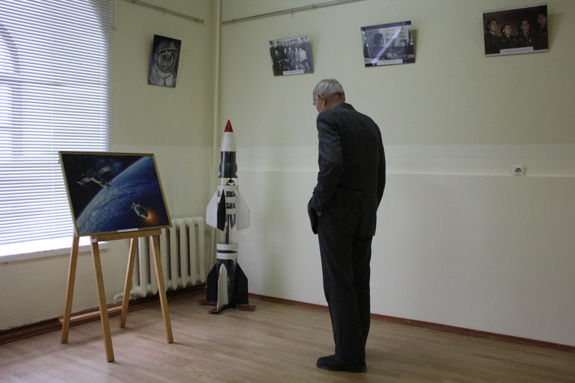 Среди экспонатов не только фото, но и макеты, а также картины